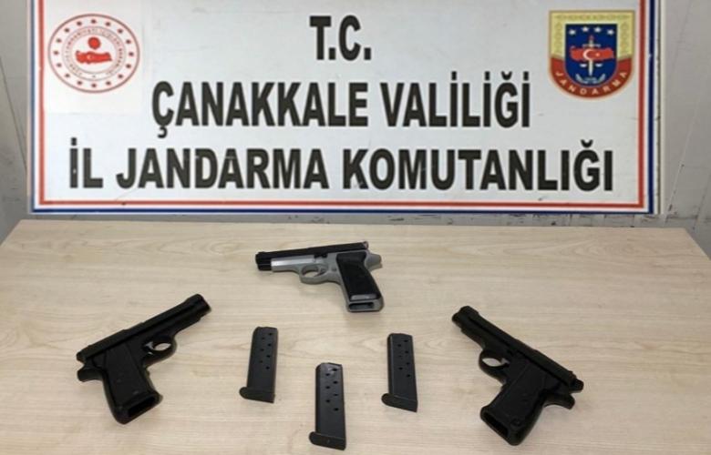 JANDARMA ARAMA YAPTIĞI ARAÇTA 3 RUHSATSIZ TABANCA BULDU
